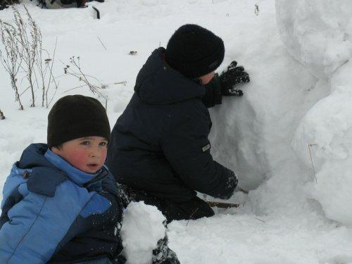 Дети готовят оборону крепости